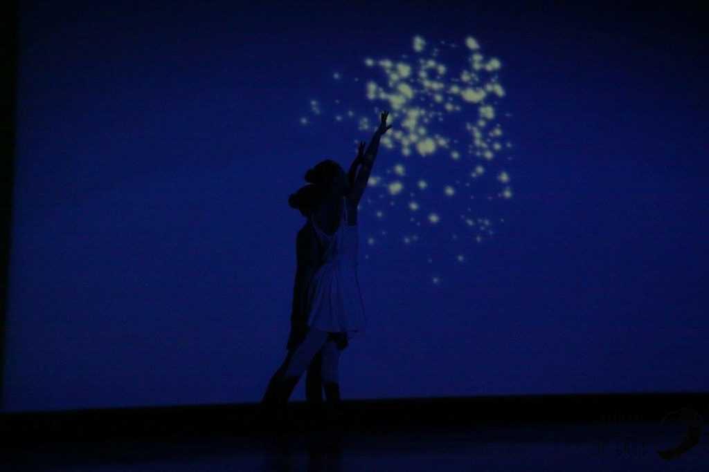 Clarinha a dançar com luz 1