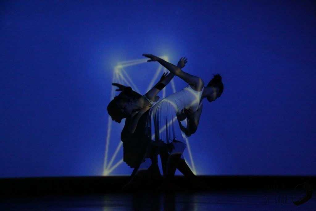 Clarinha a dançar com luz 3